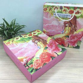 Set Hộp TT 4 Bánh 250gr Họa Tiết Cô Gái Màu Vàng Kèm Túi 01