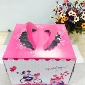hộp đựng bánh sinh nhật màu hồng kèm đế
